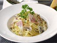 Спагети Карбонара с гъби, шунка, готварска сметана, зелен лук и пармезан